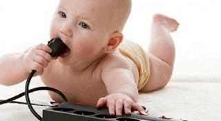 لماذا يضع الاطفال كل شىء يمسكونه فى فمهم hayahcc_1385340654_831.jpg